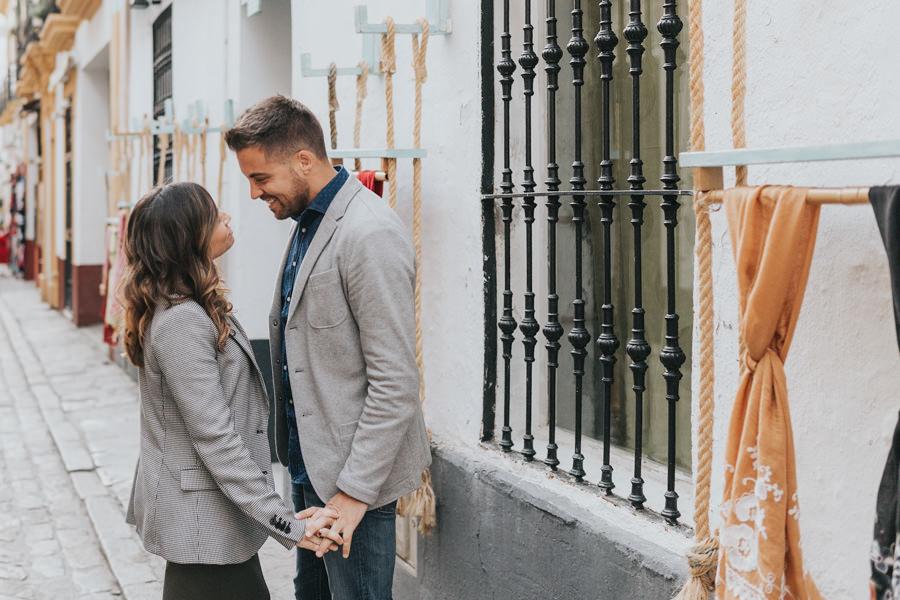 Sesión de fotos de pareja en el Barrio Santa Cruz