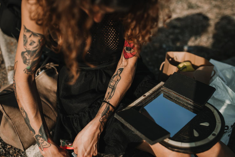 fotografia de moda en Sevilla. Modelo maquillandose para la sesion de fotos