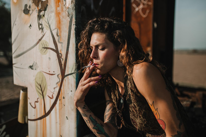 sesiones de moda en Sevilla. Modelo fumando
